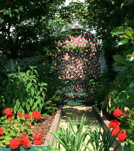 Red garden jardin rouge
