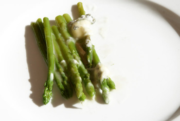 Asparagus_with_goat_cheese_asperge_