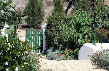 Red_garden_door_porte_jardin_rouge