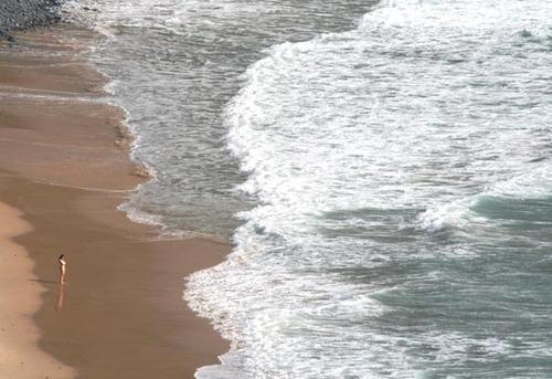 La_femme_qui_regarde_la_mer_to_swim_or_n